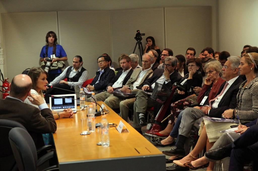Em palestra no Instituto FHC, Gloria fala para o ex-presidente, sentado à sua frente. Foto: Vinicius Doti/iFHC
