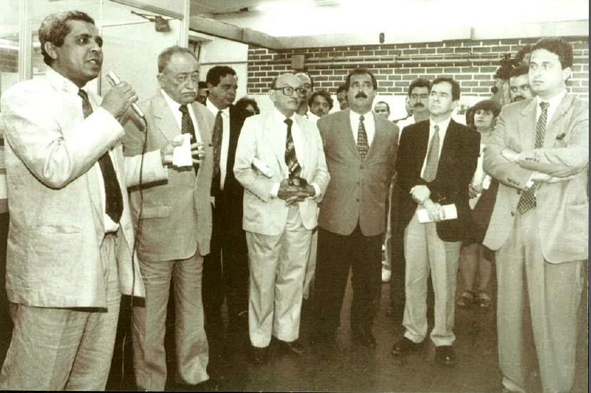 Cerimônia de lançamento do Diário Oficial de Pernambuco na web, em 1996. Evaldo Costa apresenta a ideia a o então governador, Miguel Arraes , e ao então secretário de governo, Eduardo Campos