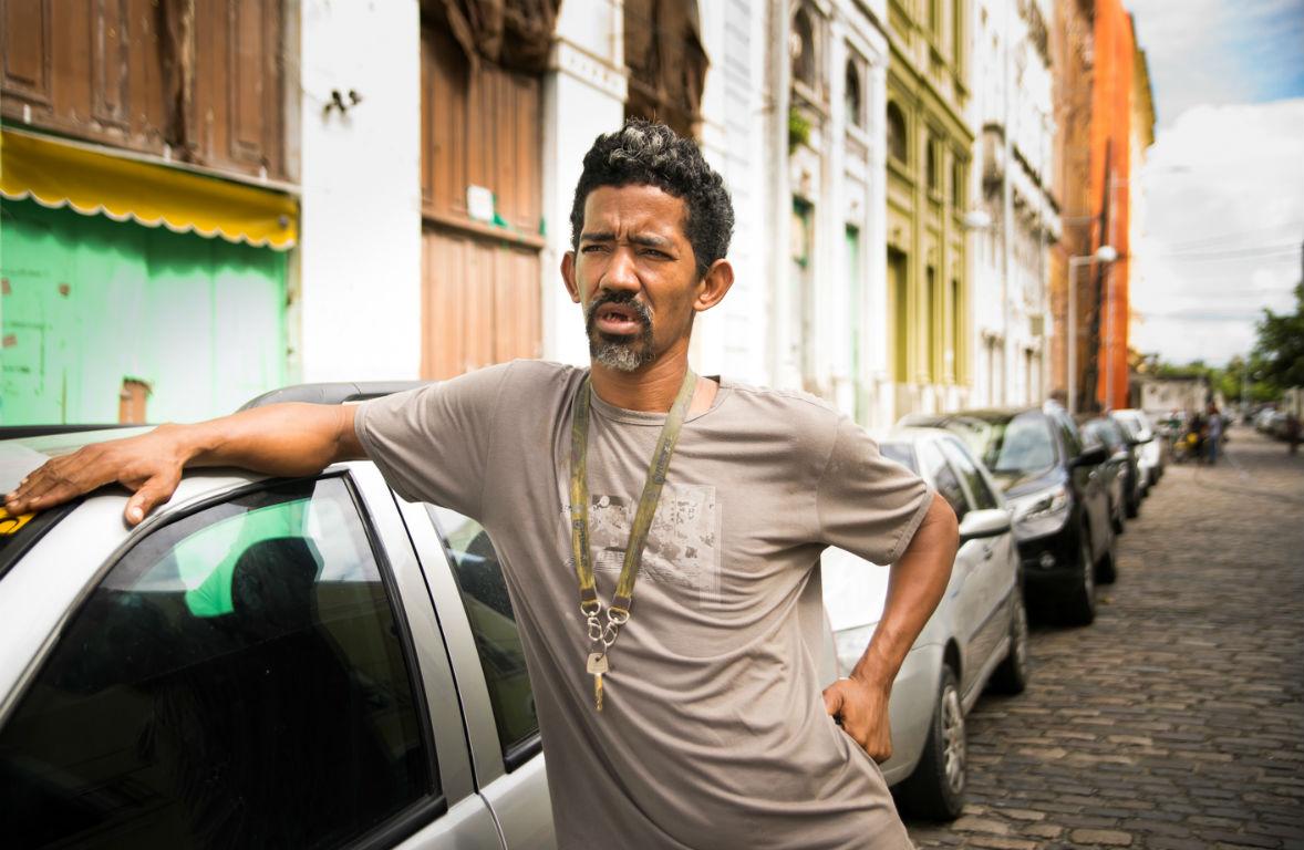 Edimilson guarda carros e sonha em tirar a carteira de motorista. Foto: Inês Campelo/Marco Zero