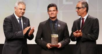 Juiz Sérgio Moro recebe o Prêmio Faz Diferença como Personalidade do Ano do vice-presidente do Grupo Globo, João Roberto Marinho, e do Diretor de Redação do jornal O Globo, Ascânio Seleme