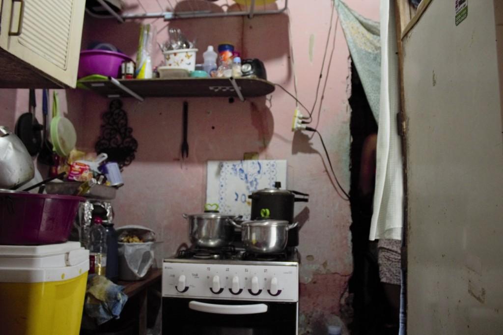 Vista da cama de solteiro para quatro pessoas, na casa atual de Emílio e da família. Foto: Juliana Almeida