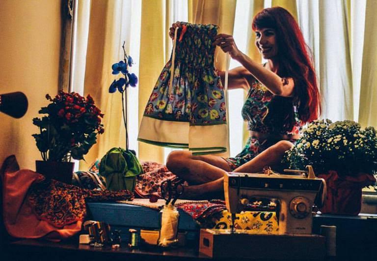 """Fernanda La Ruina criou, no final de 2015, um projeto chamado """"Costura e Boa Vontade"""". Foto: Elias Azevedo/ Divulgação)"""