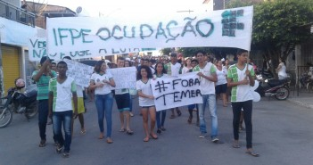 Na sexta, os estudantes da ocupação saíram em passeata até o centro de Barreiros em protesto contra os cortes de bolsas e a PEC 55