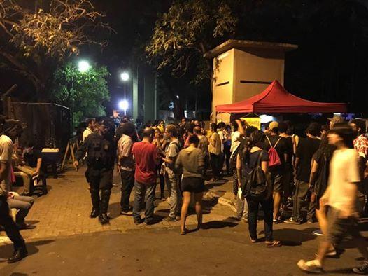 Em pouco tempo, estudantes, professores e amigos dos jovens detidos chegaram na Central de Flagrantes da Polícia Civil para prestar solidariedade aos jovens detidos
