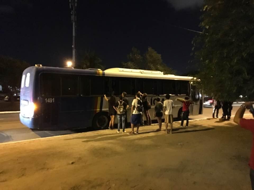 Colegas dos jovens detidos se aproximam do ônibus da Policia Militar na chegada à Central de Flagrantes da Polícia Civil