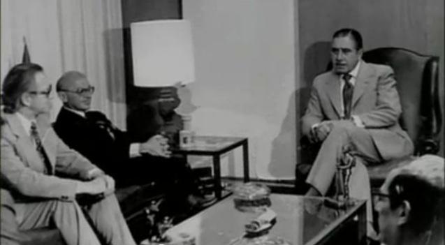 O ditador Augusto Pinochet recebeu em Santiago do Chile o economista norte-americano Milton Friedman, após o golpe de estado. Na agenda econômica do novo regime: privatizações e cortes nos programas sociais