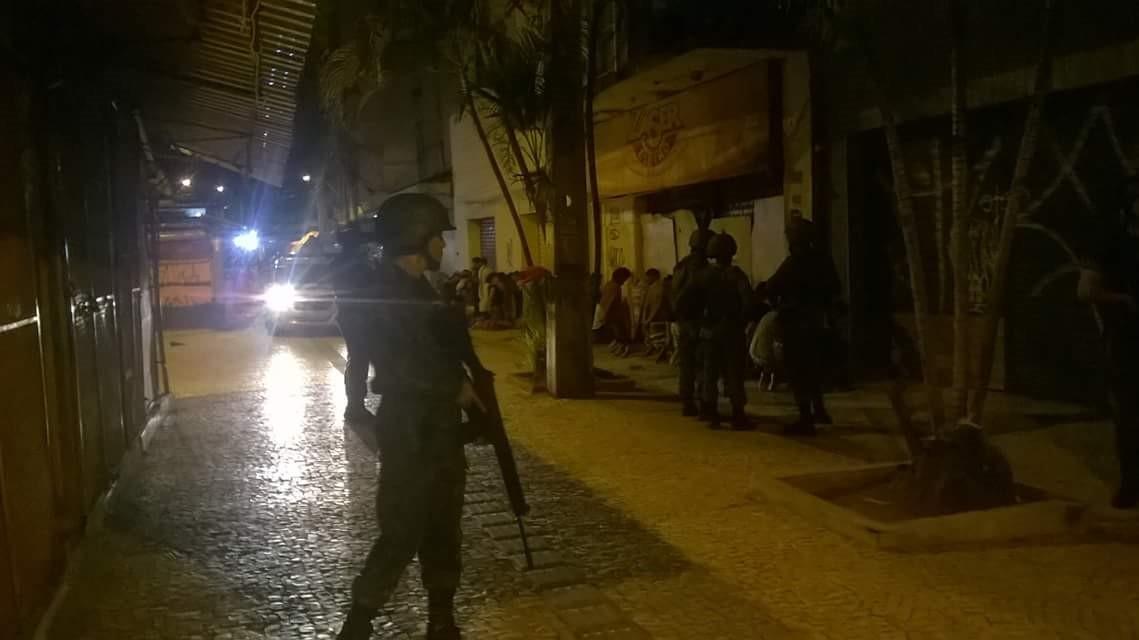 Soldados do Exército forçaram os estudantes a ficarem de joelhos no chão até a chegada da Polícia Militar