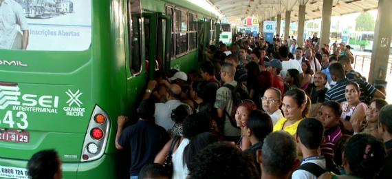 Usuários reclamam da qualidade do atendimento prestado pelo sistema de transporte coletivo no Grande Recife: problema não está na quantidade e sim na distribuição dos ônibus