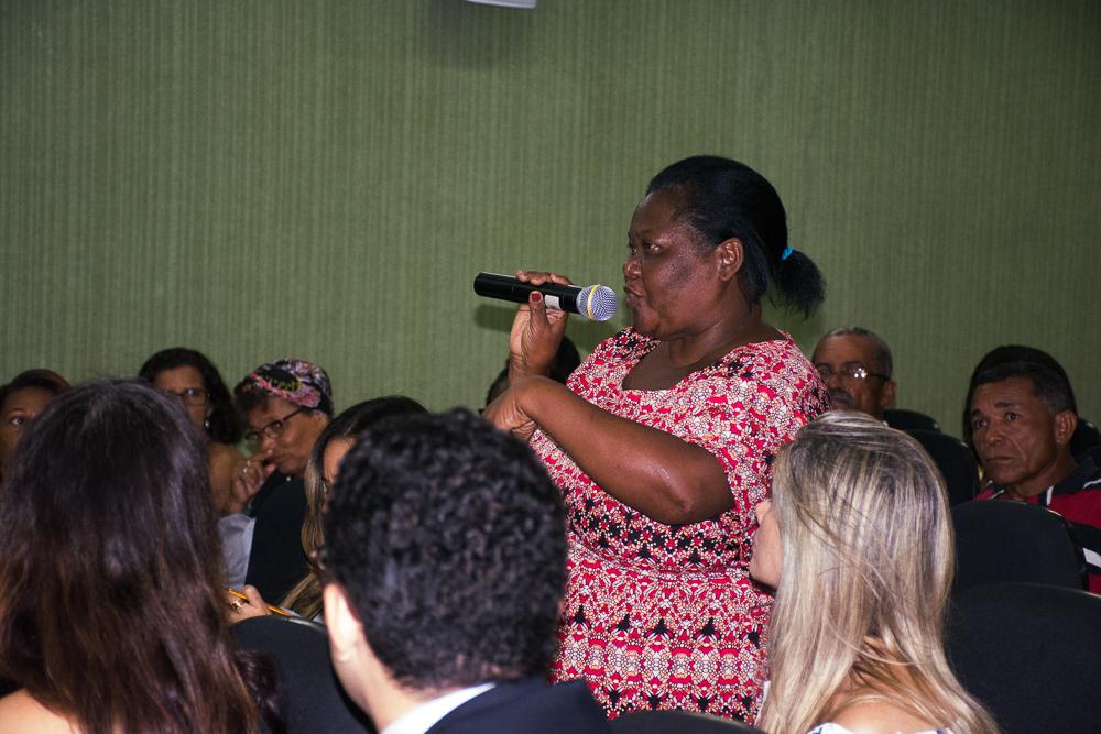 Fátima, do quilombo Onze Mulheres, fala durante audiência pública na sede do Ministério Público Federal, em Recife