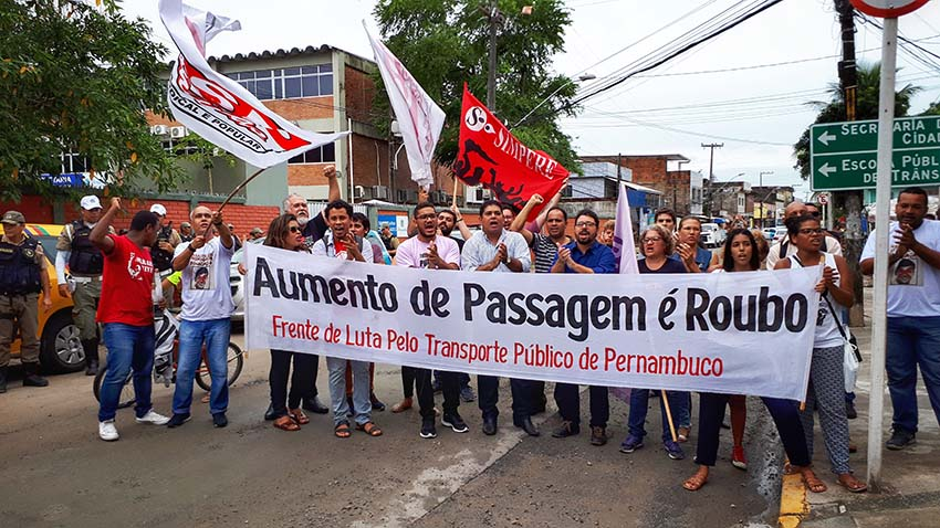 Representantes dos movimentos sociais protestam contra o aumento das passagens
