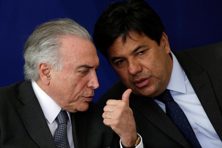 Presidente Michel Temer conversa com ministro da educação, Mendonça Filho, durante cerimônia no Palácio do Planalto