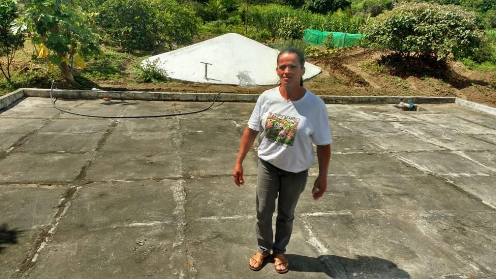 Nina e a cisterna que garante a produção em seu sítio de 1,25 hectare