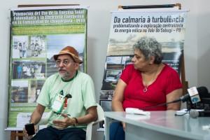DESCRIÇÃO: Foto de duas pessoas sentadas com dois banners do evento atrás.  Da esquerda para direita: César Nóbrega e Mariana Moreira. Ele usa camisa verde e chapéu de sertanejo, ela camisa vermelha. Foto: Inês Campelo/MZ Conteúdo