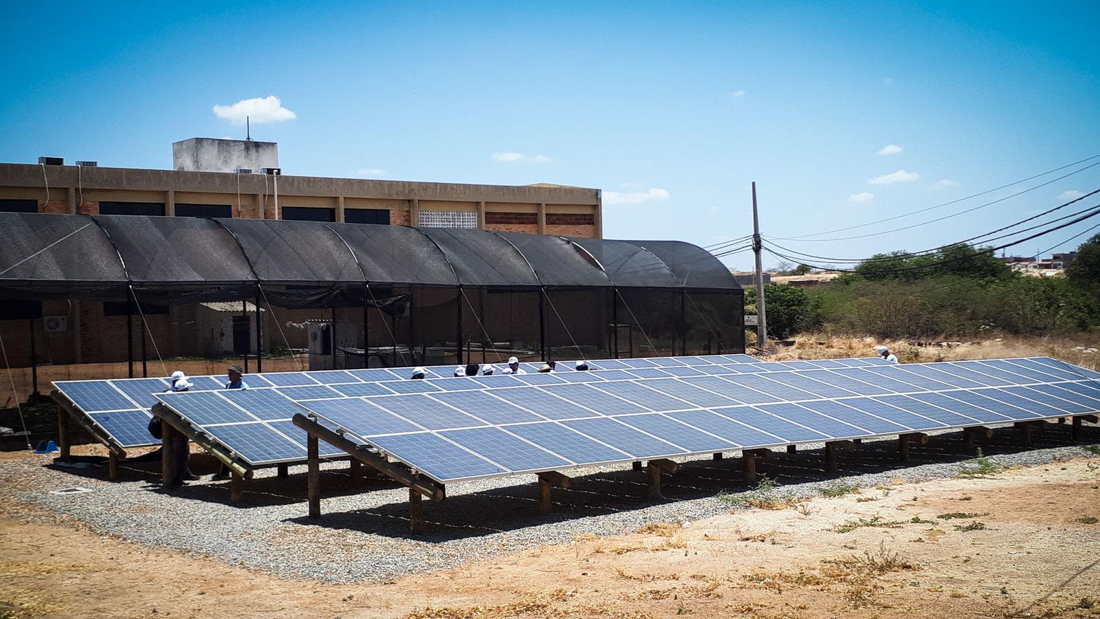 DESCRIÇÃO: A foto é do  Campus Pombal, da Federal de Campina Grande, e mostra as placas de energia solar. Foto: Inês Campelo/MZ Conteúdo