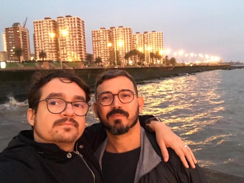 Douglas (e) e Jairo (d) estão juntos há dez anos, têm união estável, mas agora se viram pressionados a casar no papel