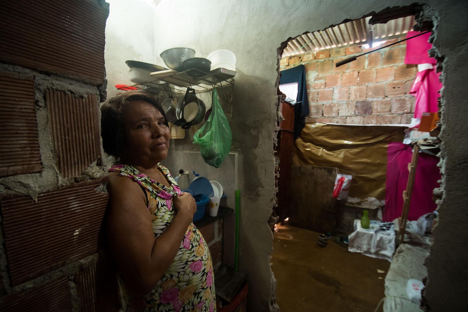 Regina vive numa pequena casa de quarto sem janela ao lado do terreno onde o Habitacional Vila Brasil foi abandonado (foto: Inês Campelo/Marco Zero Conteúdo)