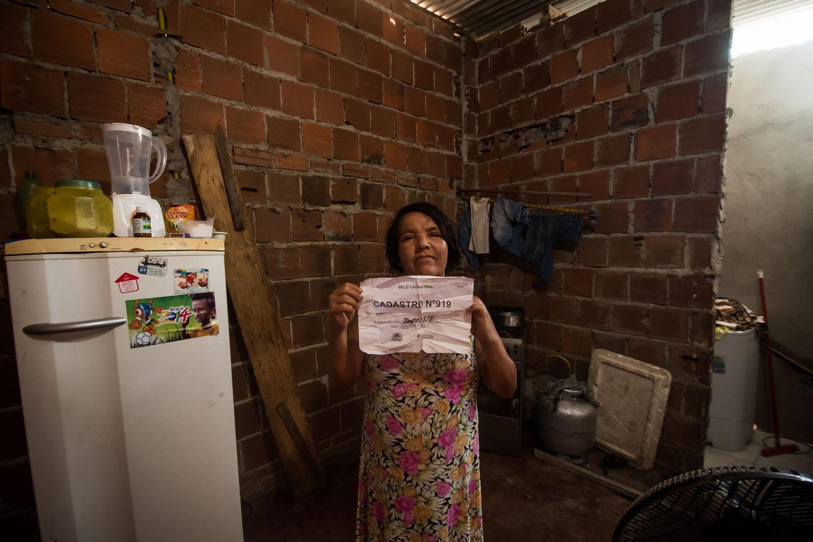 Regina exibe o único documento que tem de comprovação de cadastro para o Habitacional Vila Brasil I (foto: Inês Campelo/Marco Zero Conteúdo)