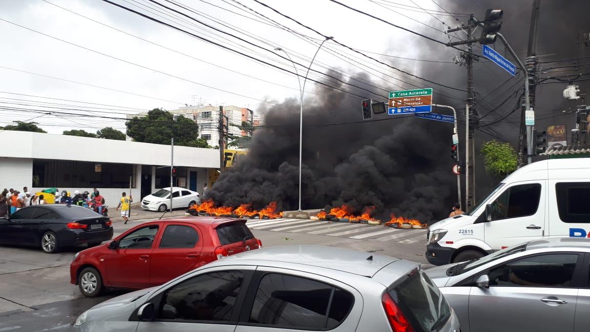 O grupo ateou fogo em pneus e entulhos fechando os dois lados da avenida entre 7h15 e 8h40 (foto: Inês Calado/Marco Zero)