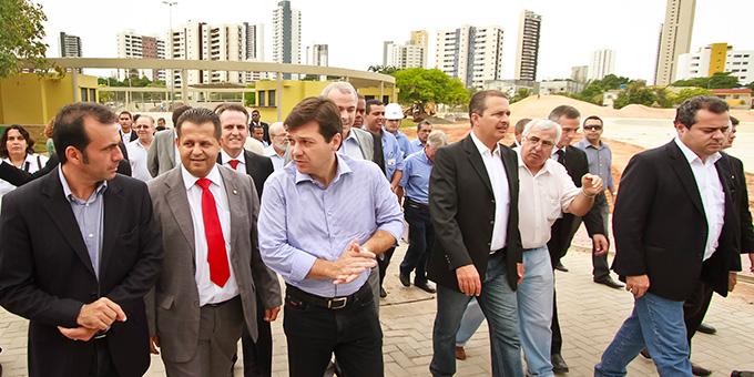 O prefeito do Recife, Geraldo Julio, e o então governador de Pernambuco, Eduardo Campos, assinam convênio, em 2013, para construção do Habitacional Vila Brasil I (foto: Andréa Rêgo Barros/PCR)