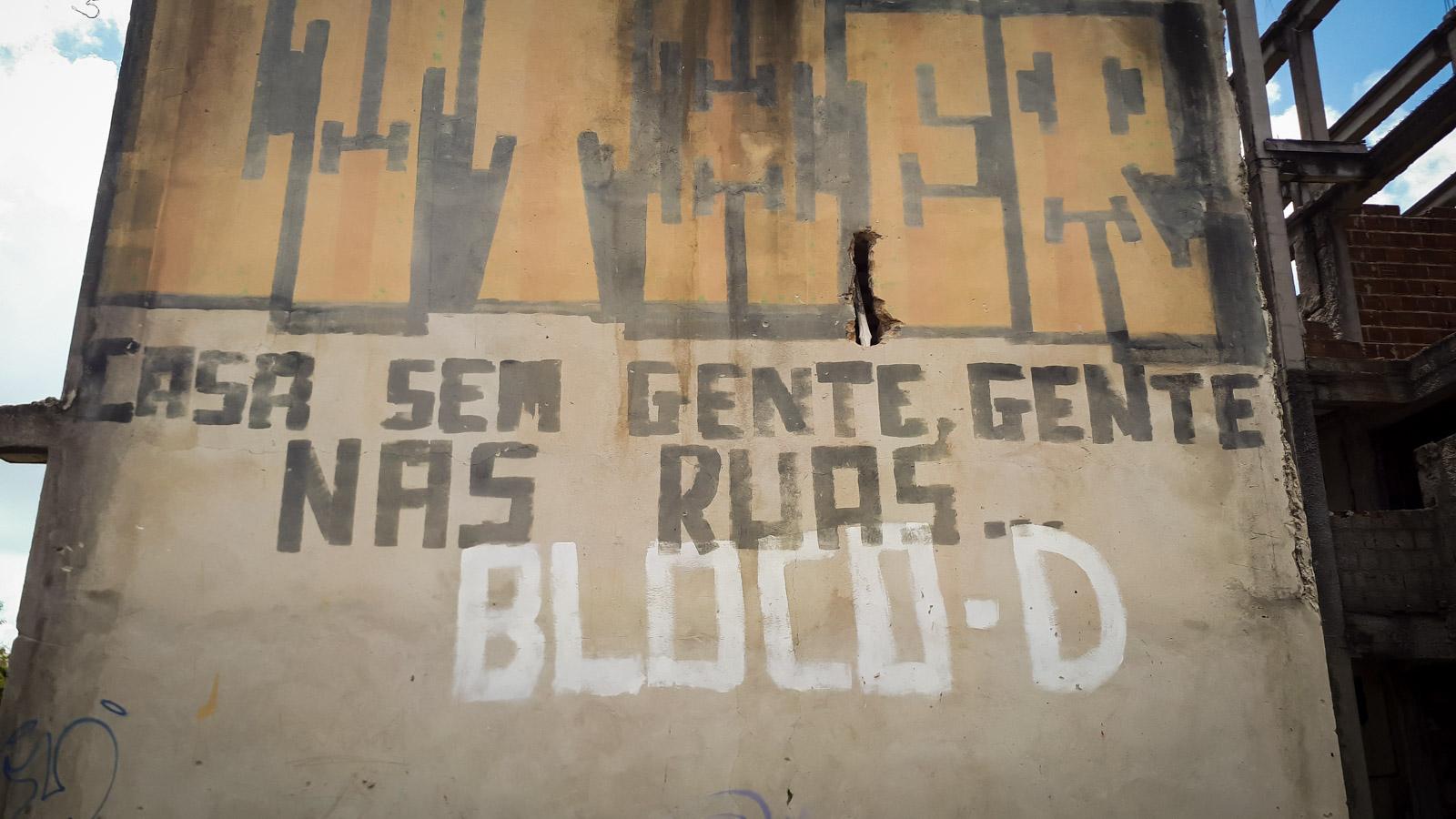 Frases pintadas nos muros do Habitacional Vila Brasil mostram a revolta popular (foto: Inês Campelo/Marco Zero Conteúdo)