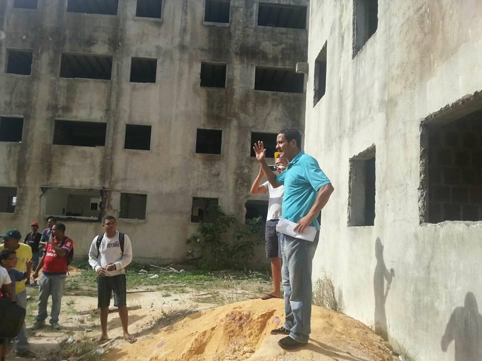 Eraldo em reunião com famílias no habitacional Vila Brasil (foto: Movimento Revolucionário Cidadão)