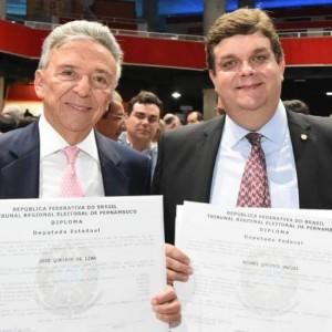 Zé Queiroz e Wolney Queiroz na diplomação dos deputados estaduais e federais, dia 6 de dezembro. Foto: Facebook/wolneyqueirozpe