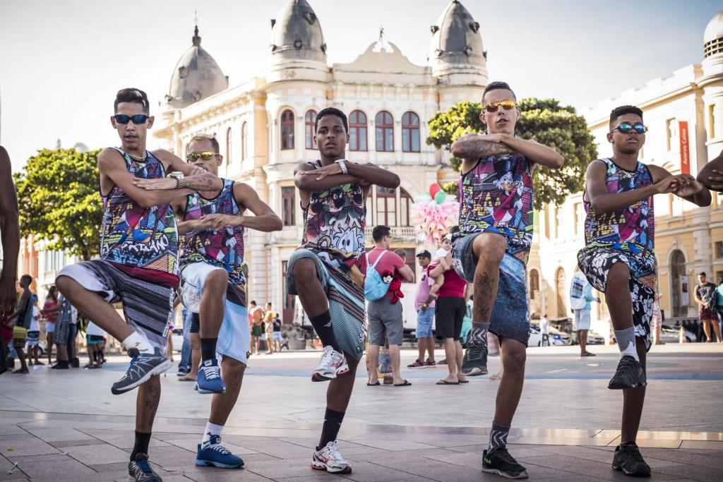 Uniformizados, dançarinos de passinho exibem suas coreografias