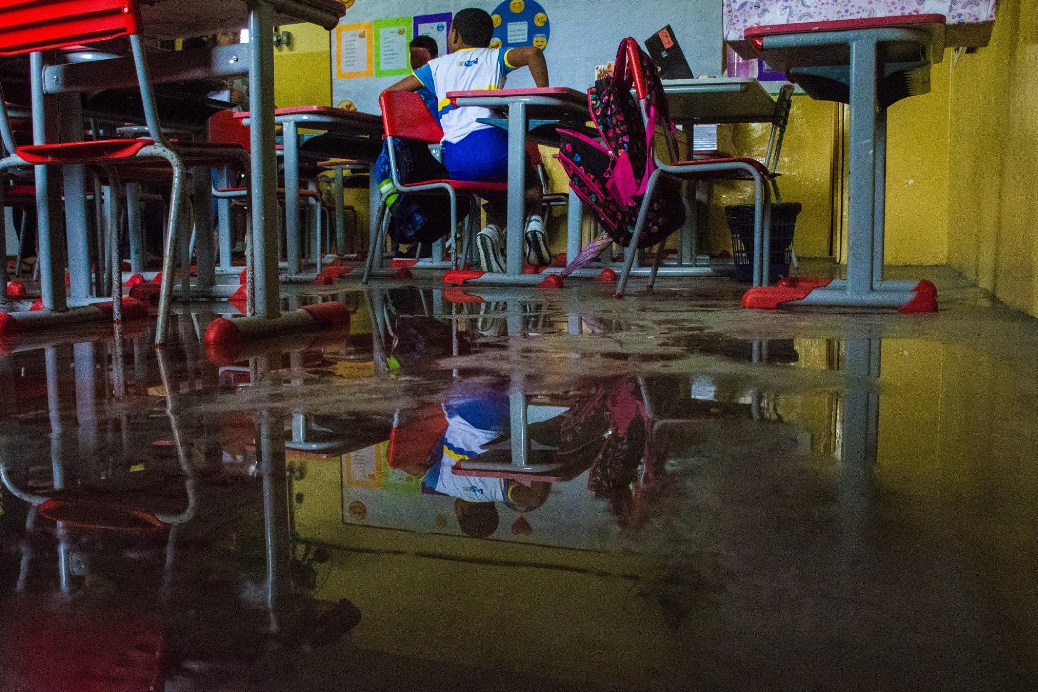 Sem prevenção, salas da escola Magalhães Bastos não resistiram aos temporais (foto: Simpere/divulgação)