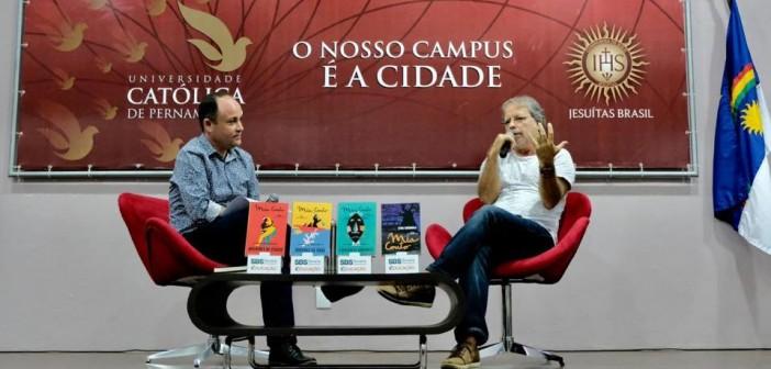 """""""Uma sociedade precisa ler"""", diz Mia Couto na passagem por Pernambuco"""