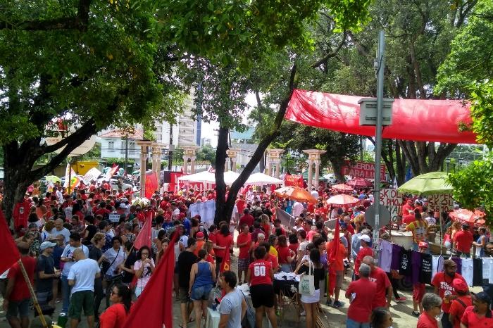 Ato unificado reuniu sete centrais sindicais e trabalhadores no Recife