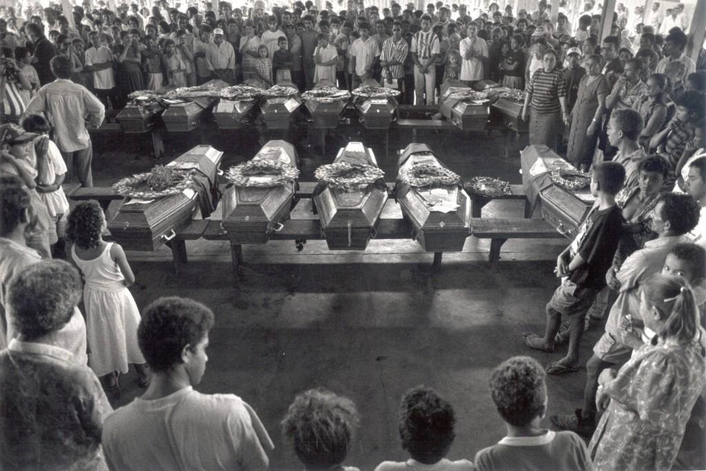 Famosa foto de Sebastião Salgado do velório das vítimas do massacre de Eldorado dos Carajás