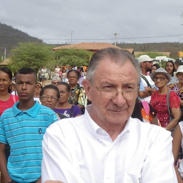Dom André de Witte entre trabalhadores e trabalhadoras rurais (Foto; CPT)