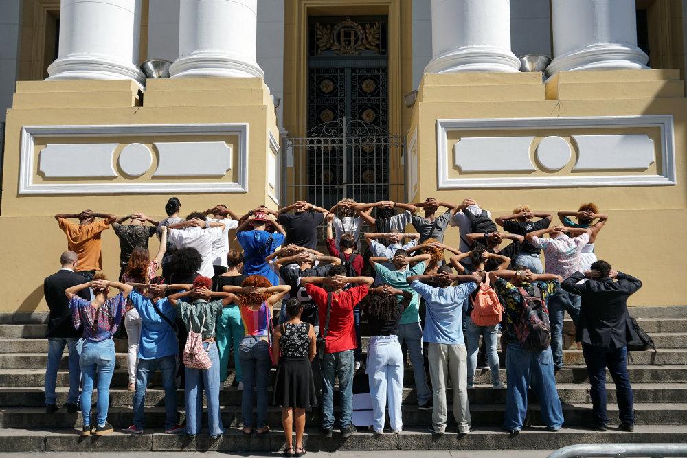 Amigos e familiares de Ojuara em frente ao tribunal de Justiça de Pernambuco, no dia em que o julgamento do habes corpus foi adiado. Foto: Beto Figueroa