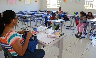 Professoras enfrentam jornadas duplas e até triplas de trabalho. Acúmulo de funções leva ao adoecimento.