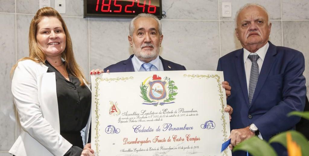 Deputada Roberta Arraes homenageia desembargador Fausto Campos com Título de Cidadão de Pernambuco (Foto: Reprodução Internet)