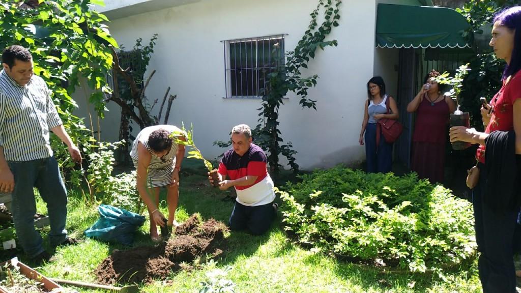 O educador e ativista Sandro Cipriano é homenageado com plantio de mudas na sede da ONG Gestos (crédito: Raíssa Ebrahim)