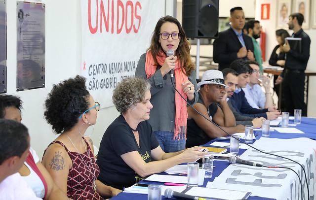Bella Gonçalves em 2018 durante uma audiência pública ao lado de Áurea Carolina e Cida Falabella. Foto: Abraão Bruck/CMBH