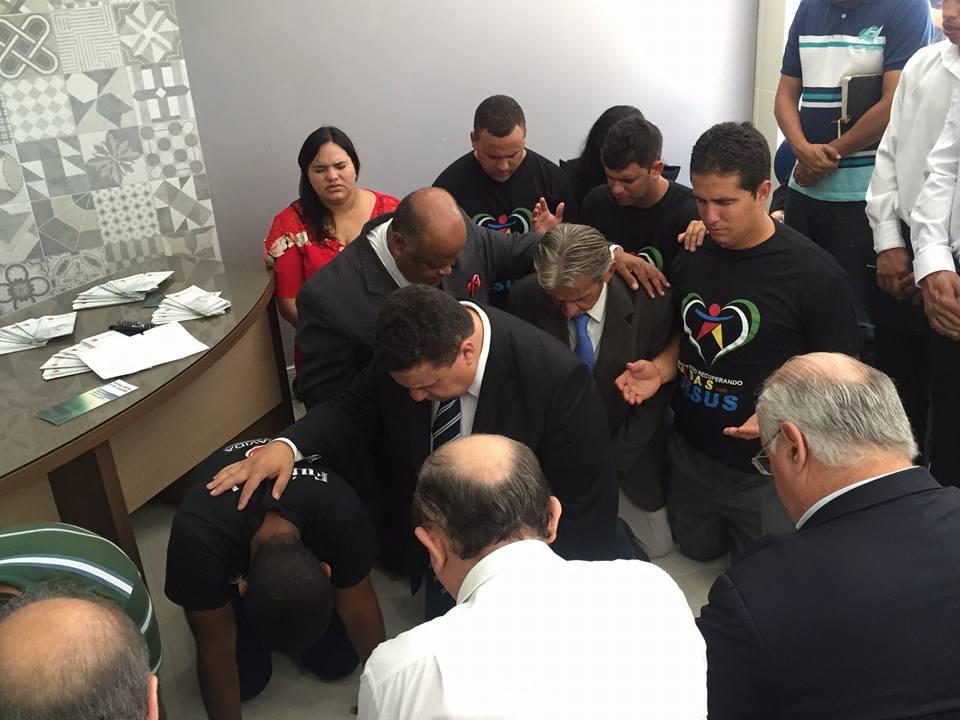 Casal Collins em oração na inauguração da sede da Saravida, no Recife, em 2015 (crédito: site Saravida)