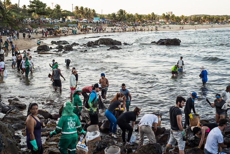 Voluntários retiram óleo do mar e pedras com as mãos sem proteção adequada em Itapuama, litoral sul de Pernambuco. Crédito: Inês Campelo/MZ Conteúdo