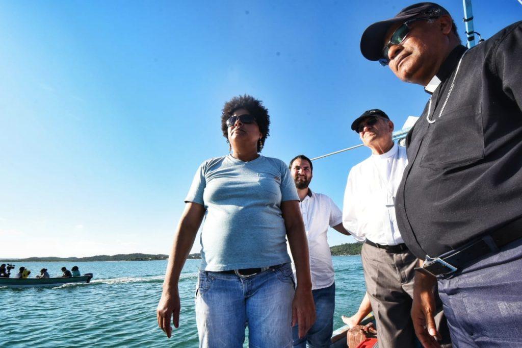 A presidente da Associação dos Pescadores do Cabo de Santo Agostinho, Glicelia Maria, mostrou aos religiosos as áreas contaminadas. Crédito: Inês Campelo/MZ Conteúdo