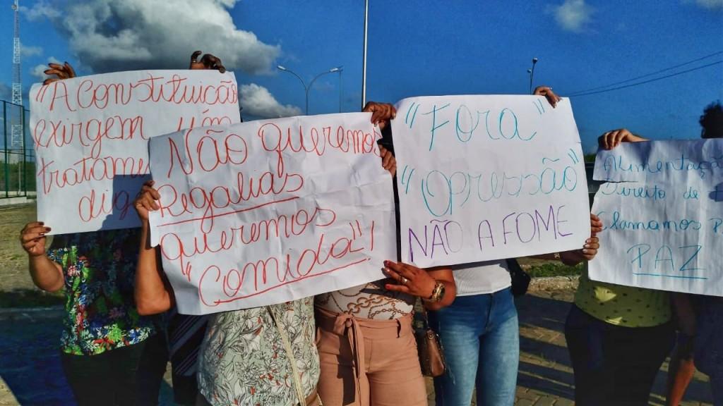 Mães e esposas protestam por melhorias na penitenciária de Itaquitinga (crédito: Raíssa Ebrahim/MZ Conteúdo)