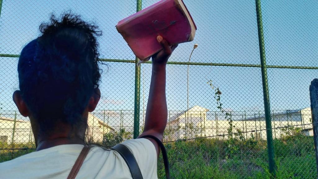 Mães de interno segura Bíblia na mão enquanto tenta, aos gritos, contato com o filho (crédito: Raíssa Ebrahim/MZ Conteúdo)