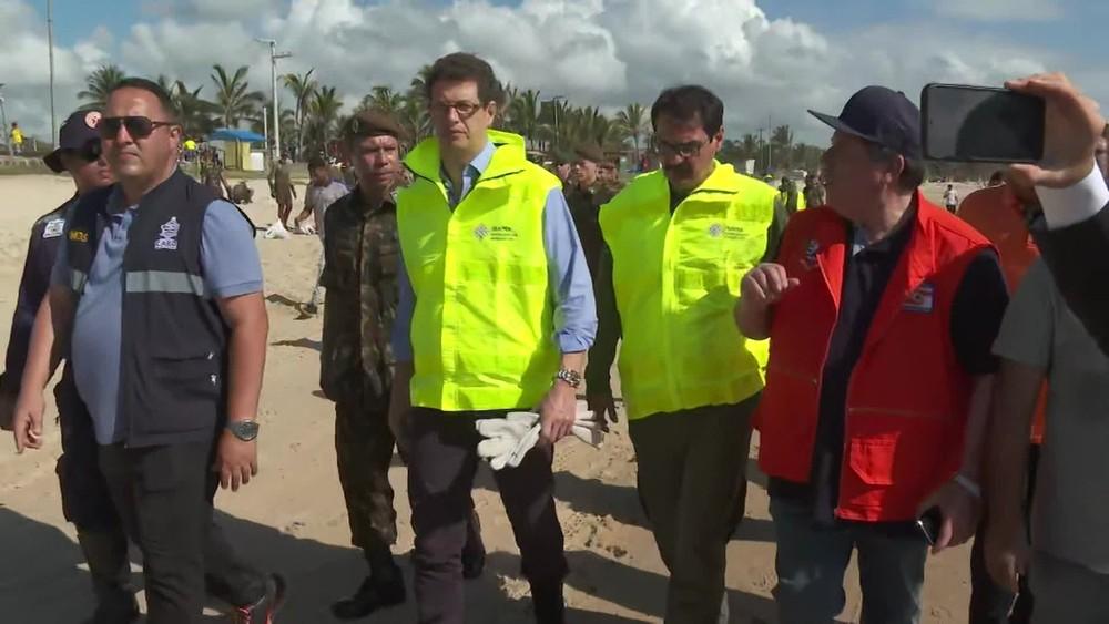 Ministro do Meio Ambiente, Ricardo Salles, fez visita relâmpago à praia de Itapuama. Fez uma live para as redes sociais, falou rapidamente com a imprensa e deixou o estado