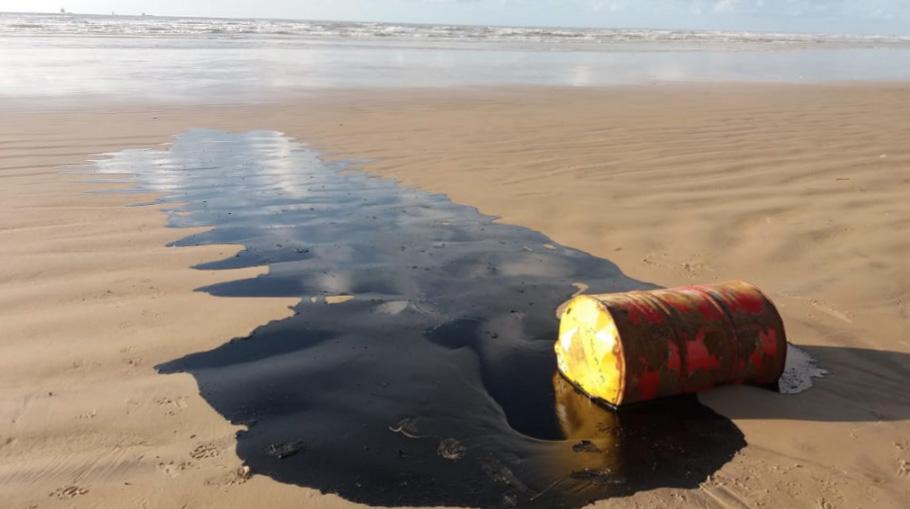 Barris de petróleo em praia de Sergipe (foto: ascom Sergipe)