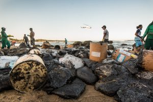 voluntários limpam petróleo em itapuama