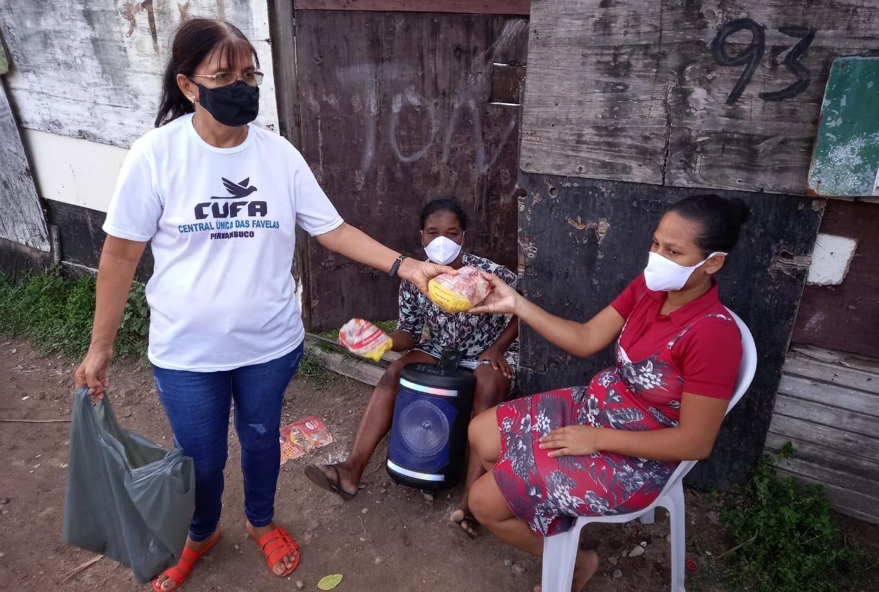 Representante da Cufa faz doação de alimentos