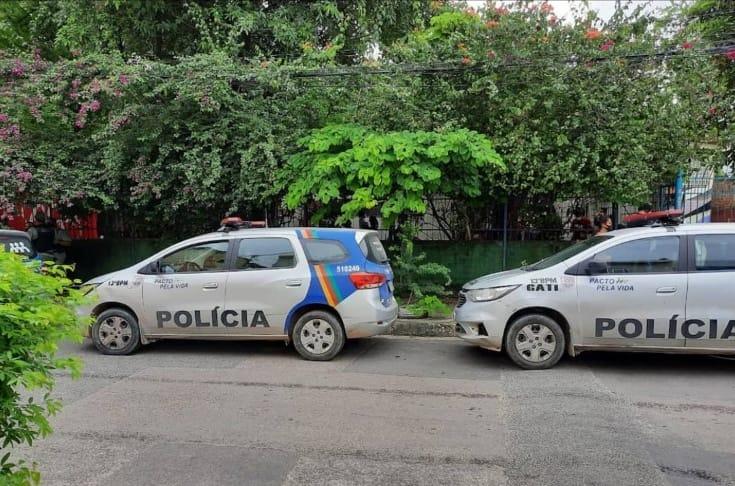 Carros da Polícia Militar na frente da ocupação