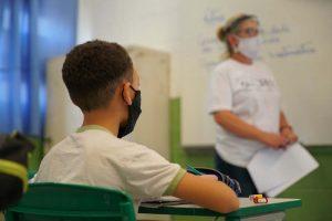 Aluno e professora em sala durante pandemia da covid-19