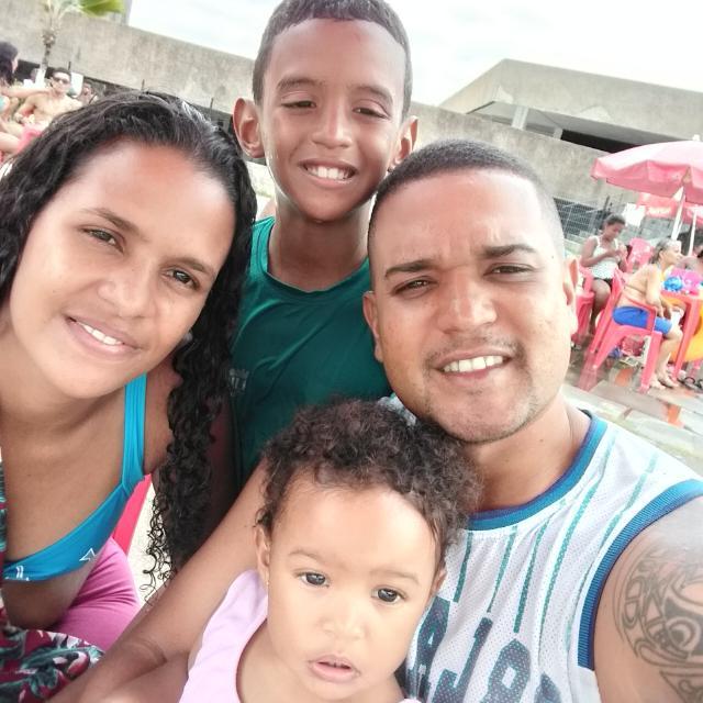 Jonas Correia ao lado da esposa, Daniela Barreto, e dos filhos, Jonnatha e Geisyla