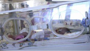 Bebe em incubadora